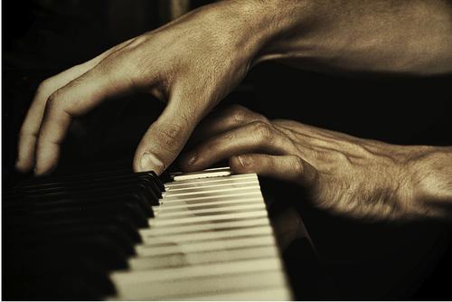 Main-sur-le-piano