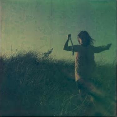 Enfant-qui-courre-prairie